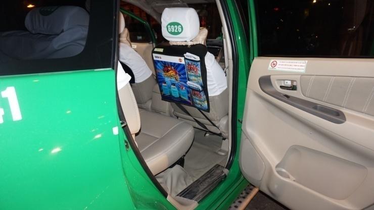quảng cáo bên trong xe taxi