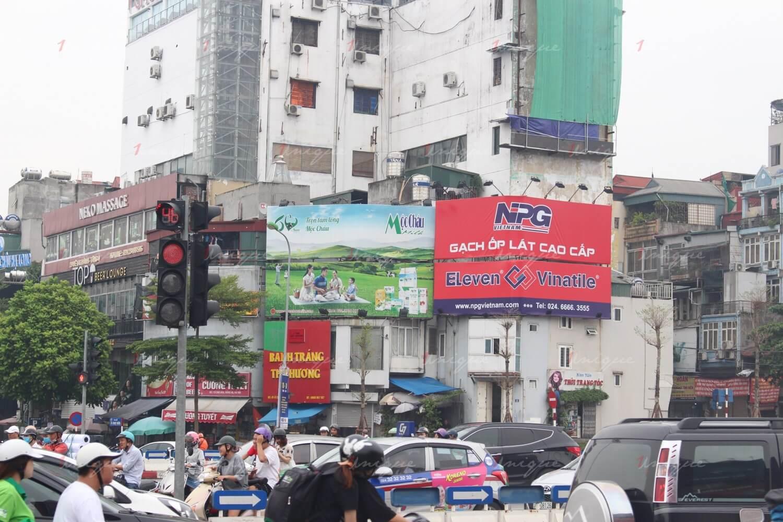 so sánh quảng cáo biển bảng và quảng cáo trên phương tiện giao thông